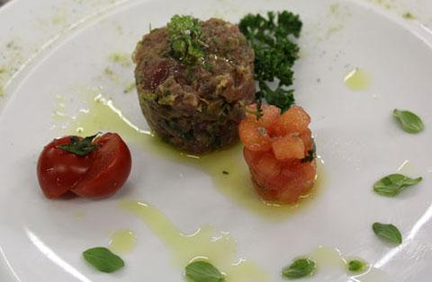 Ricetta tartare di tonno con concass di pomodori al timo - Marinare il tonno prima di cucinarlo ...