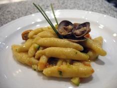 Strigoli di patate con frutti di mare e verdure primaverili